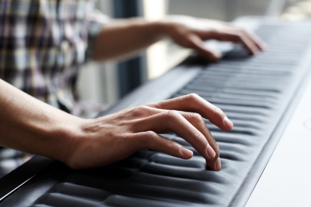 ROLI_Seaboard_GRAND_handsplaying