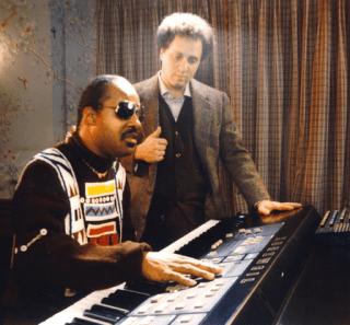 Kurzweil-Music-Systems-Ray-Kurzweil-with-Stevie-Wonder-playing-Kurzweil-250-in-1985