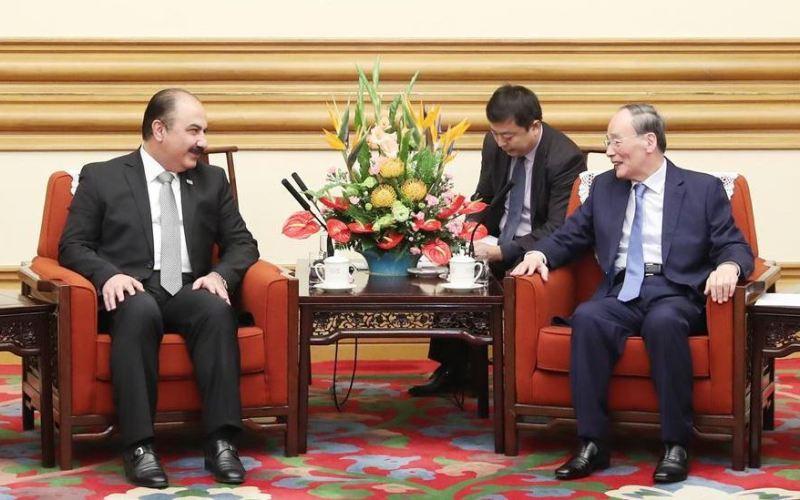 Le vice-président chinois Wang Qishan reçoit Hilal al-Hilal, secrétaire général adjoint du parti au Ba'ath, le 22 novembre 2019 à Pékin, Chine (Image Xinhua/Yao Dawei)