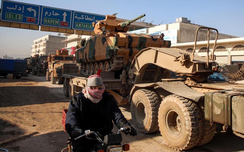 Un convoi militaire de l'armée turque traverse la ville de Dana, située à la frontière entre la Turquie et la Syrie, dans le gouvernorat d'Idlib, le 2 février 2020. (photo AAREF WATAD / AFP)