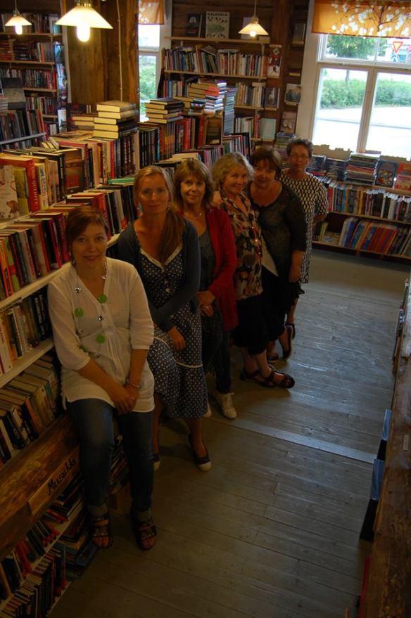 Kirjakaupalla 6 naista 2013