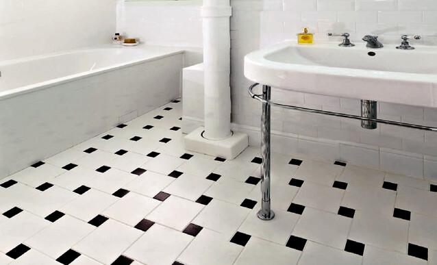 un carrelage de salle de bain en damier