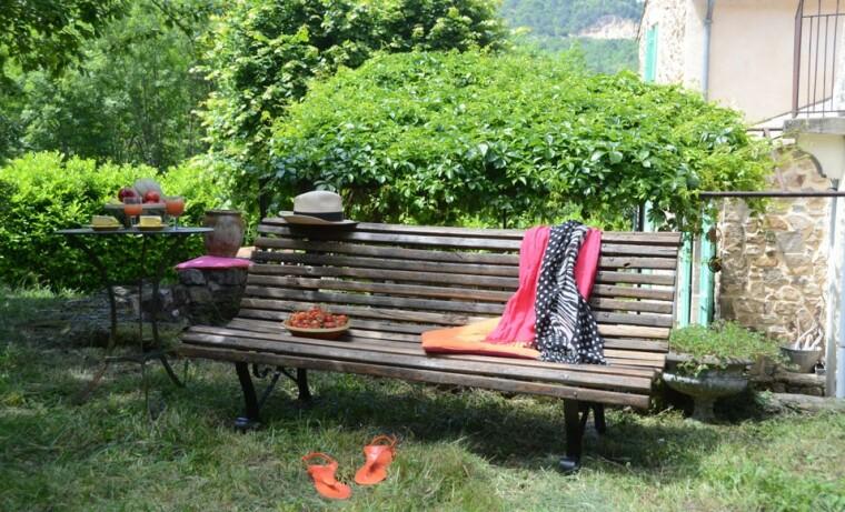 un banc de jardin en bois