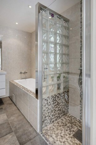 petite-salle-de-bains-baignoire-douche-mosaique-moderne-paroi-verre-depoli-facette