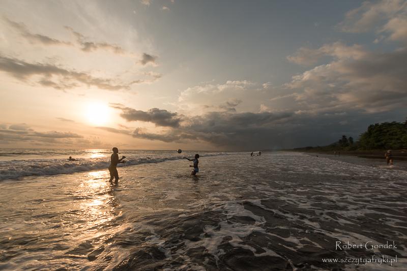 Batoke – kameruńskie czarne wulkaniczne plaże o zachodzie słońca