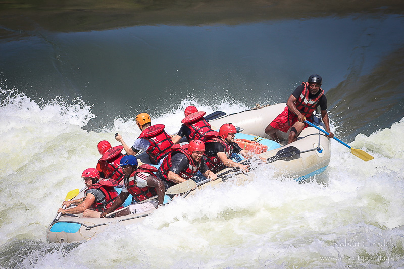 Rafting na rzece Zambezi - podczas pokonywania jednego z rapidów