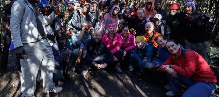 Pamiątkowe zdjęcie z ekipą pomagającą w trekkingu na Kilimandżaro