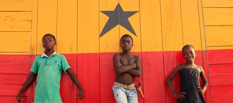 Dzieci na tle flagi Ghany