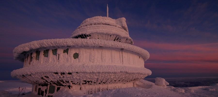 Zimowy wschód słońca na Śnieżce