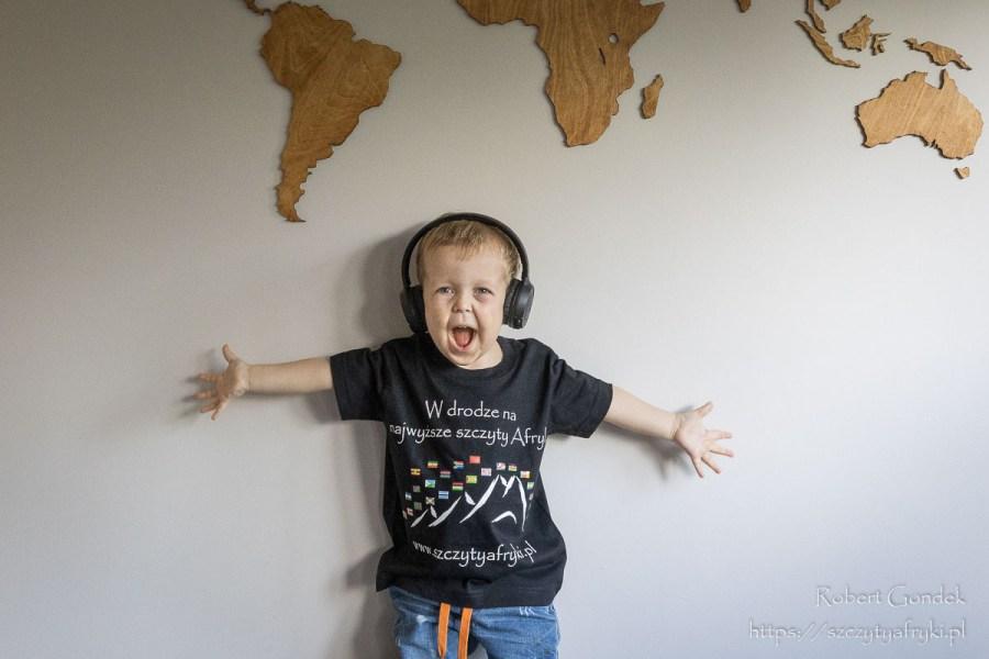 Czarna koszulka z afrykańskimi flagami dla chłopca