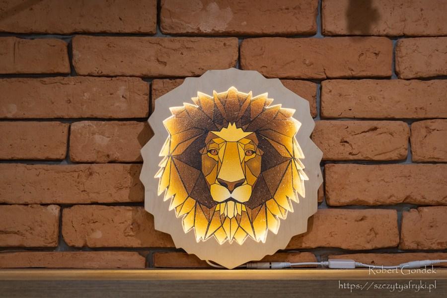 Głowa lwa - zapalona kolorowa lampka do dekoracji w stylu afrykańskim