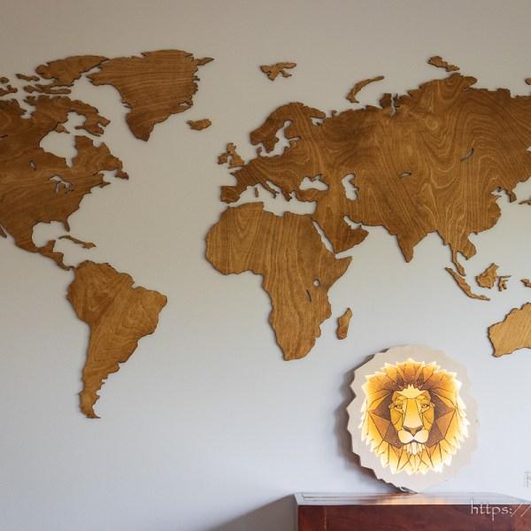 Mapy świata - zapalona drewniana lampka głowa lwa - dekoracja