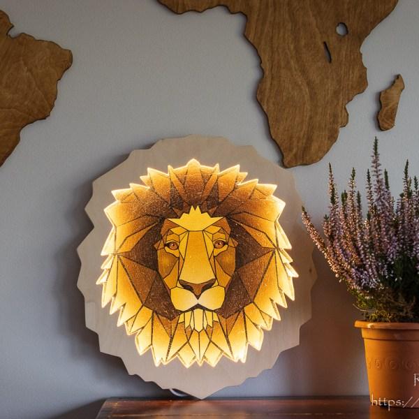 Zapalona drewniana lampka głowa lwa z Afryki