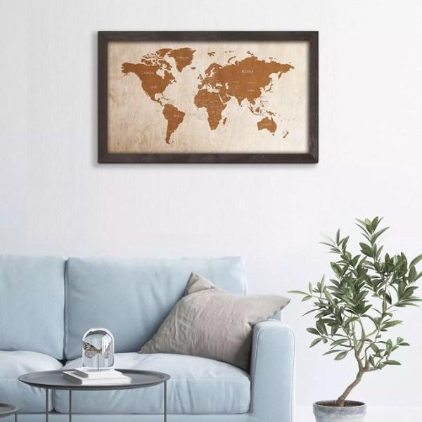 Drewniana mapa świata w dębowej ramie - dekoracja na ścianę pokoju