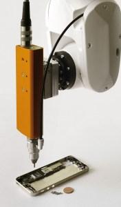 Montaż niezwykle małych śrubek, np. w telefonach komórkowych. Copyright: n-gineric gmbh