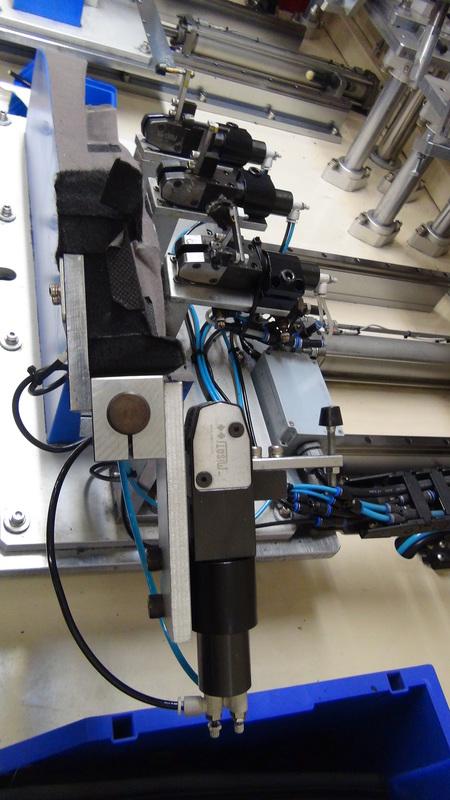 Rys. 2. Dociskacze GN 865 w ultradźwiękowej maszynie zgrzewającej. Zakład produkcyjny Koam Sp. z o.o.