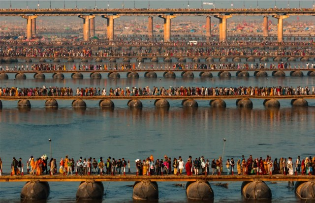 FESTIVAL RELIGIEUX DE LA KUMBH MELA SUR LES BORDS DU GANGE, ALLAHABAD, UTTAR PRADESH, INDE © Y.Arthus-Bertrand