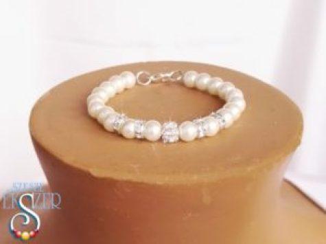 Menyasszonyi karkötő 1.) 6 mm-es ekrü tekla gyöngyök strassz gyönggyel, és strassz rondellákkal. Más színben is! 2200.- Ft