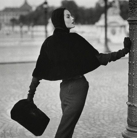 Een capuchon met cape uit de jaren vijftig (foto Henry Clarke)
