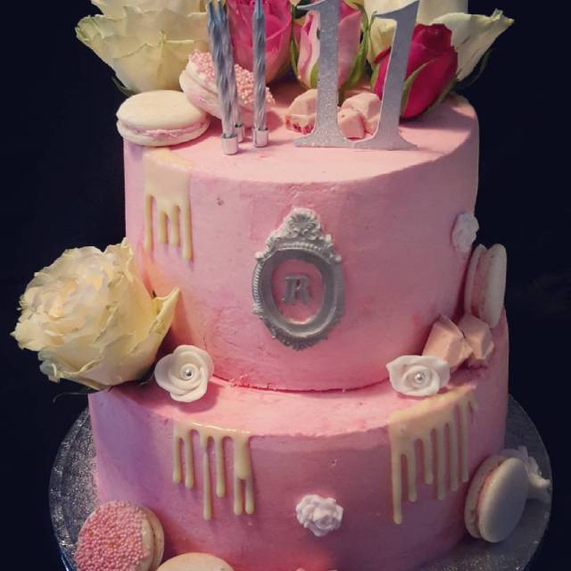 Happy Birthday Raffaella pink dripcake flowers macarons instacakedesign instadripcake taartvansabhellip