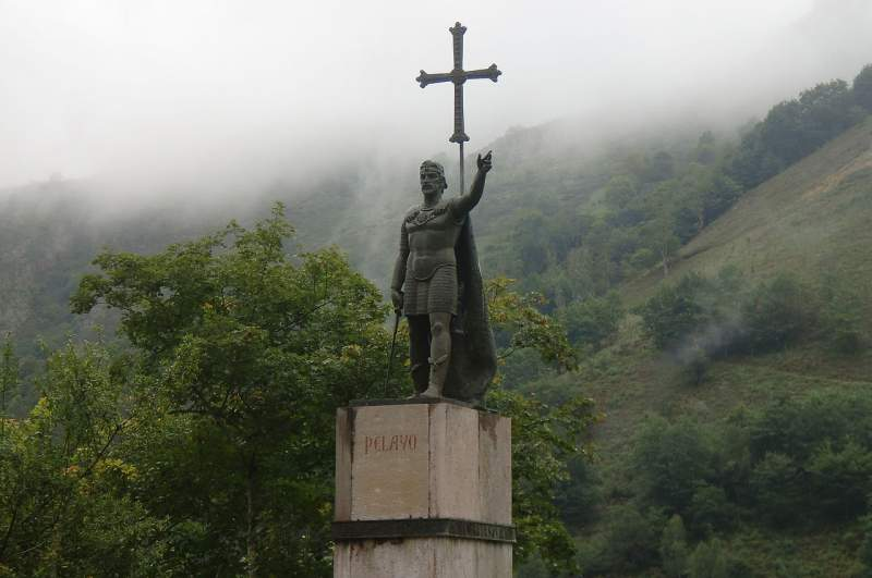 Estatua de Don Pelayo en Covadonga