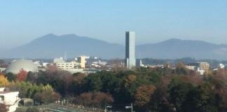 Tsukuba-san (links), von der gleichnamigen Stadt aus gesehen