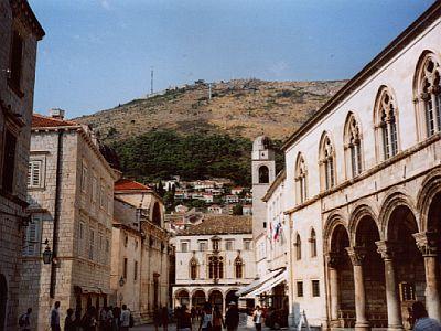 Der Rektorenpalast (rechts) und der Berg Srđ