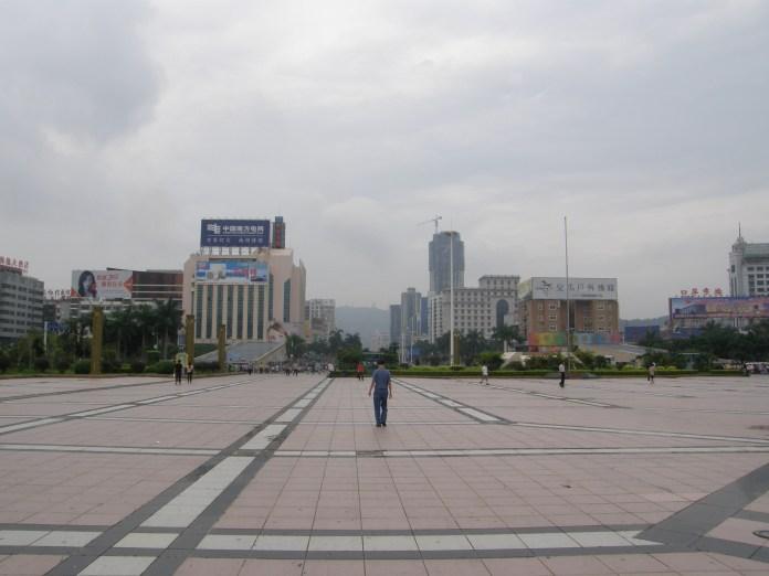 Typisch China: Riesengrosser, leerer Platz in Zhuhai
