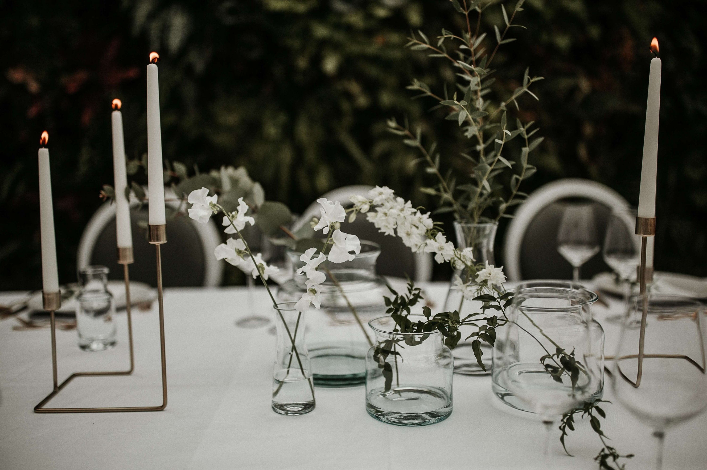 minimalistische tafelstyling aankleding