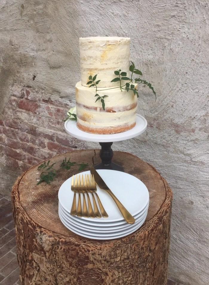 taartplateau op voet met taart