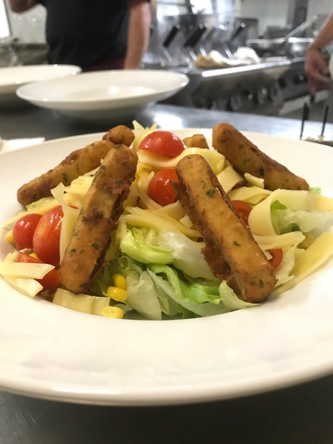 insalata con bastoncini di pollo fritto