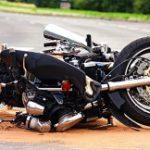 Cierre de carretera por accidente con camión y motora