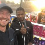 Acto bondadoso de un hombre en una gasolinera está creando una 'cadena de favores'