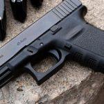 """Le """"tumban"""" arma de reglamento a mujer policía en Arecibo"""