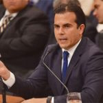 """Gobernador asegura puede """"mascar chicle y caminar a la vez"""" ante """"reguero"""" en propuestas de estatus"""