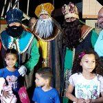 Alcalde de Río Grande lleva alegría a niños perpetuando la tradición del Día de Reyes