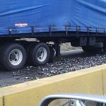 Carretera cerrada en Fajardo por desprendimiento de carga