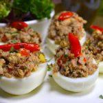 Huevos endiablados rellenos con sardina en aceite picante