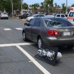 Un semáforo cae sobre un auto compacto en Dorado