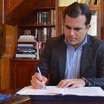 Gobernador firma proyecto para crear Fondo de Asistencia de Emergencia Municipal