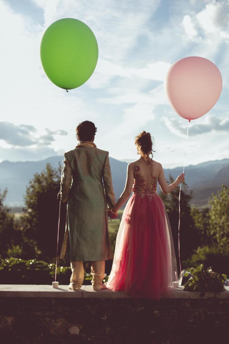 wedding cuple with balons, mladoporočenca z baloni