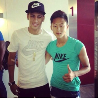 Lee Seung-Woo with (future teammate?) Neymar