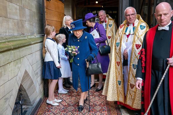 In occasione del centenario della Royal British Legion, la regina Elisabetta si è presentata alla cerimonia con un bastone da passeggio. Niente di preoccupante: pare abbia usato l'accessorio per semplici ragioni di comodità