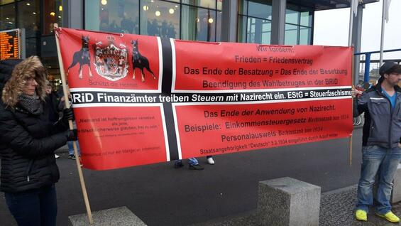 "Also a few Reichsbürger of the ""federal state Schwarzburg"" are among the right-wing demonstrators at the Berlin Hauptbahnhof."
