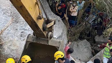 """Photo of """"الدفاع المدني"""" يستخرج جثامين الشبان الأربعة الذين سقطت مركبتهم في منحدر جبلي بالعارضة (صور)"""