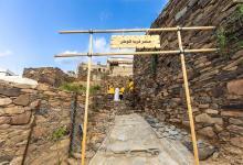 صورة أمير عسير يقف على فرص مشروع نشامى الحي.. وهذا ما سأله لأحد المواطنين (فيديو)