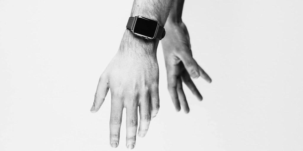 Mão usando iWatch, relógio da Apple