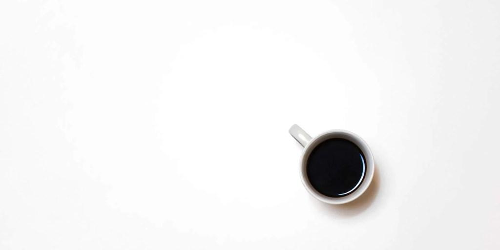 Xícara de café sobre a mesa