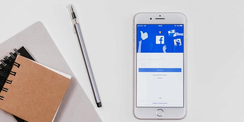 Mesa com smartphone com Facebook aberto