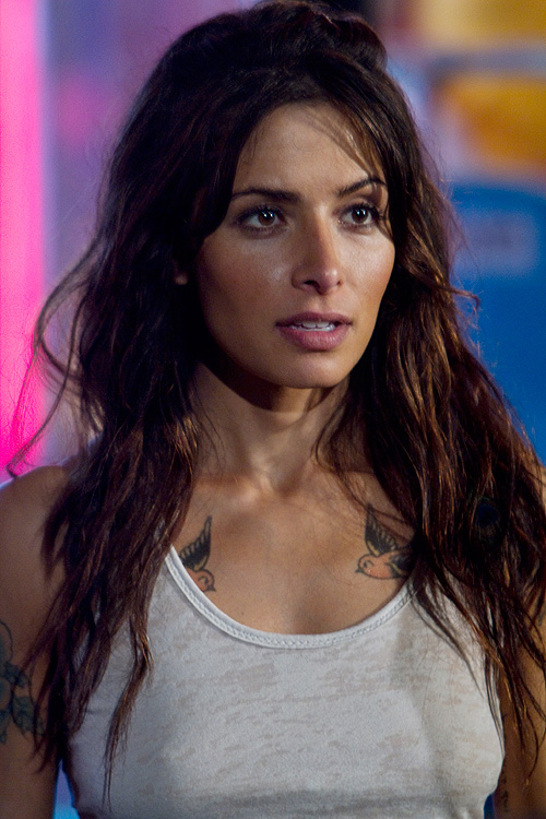 Sarah Shahi add sex appeal to 'Bullet to the Head'